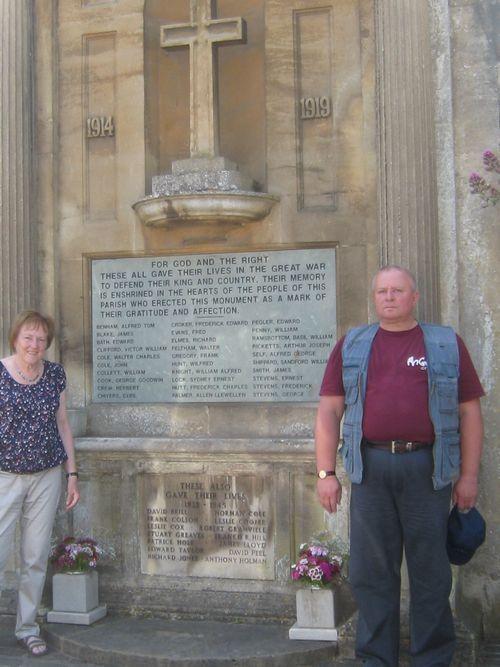 """На снимке : Крауле С.Ф. и активистка Фонда """"Нэшнл Траст"""" Маргарэт Бруер при посещении мемориала в м. Лэйкок."""