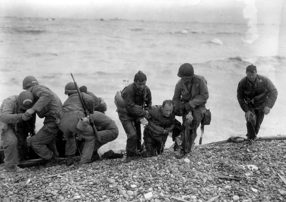 Американские солдаты, выжившие после затопления судна в ходе высадки