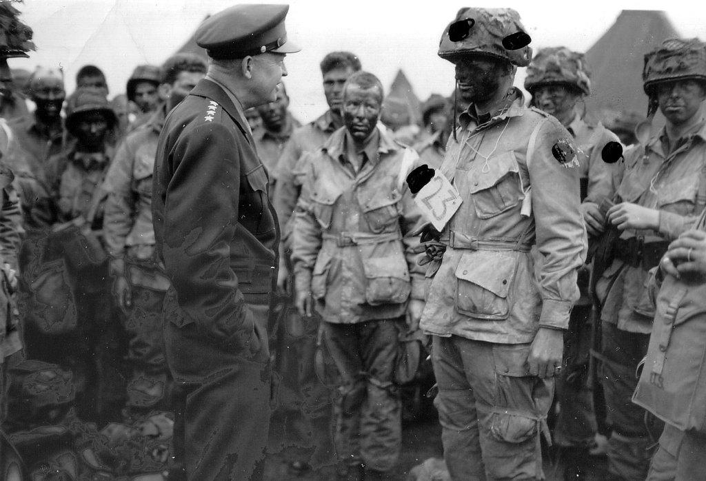 Генерал Д. Эйзенхауэр с солдатами