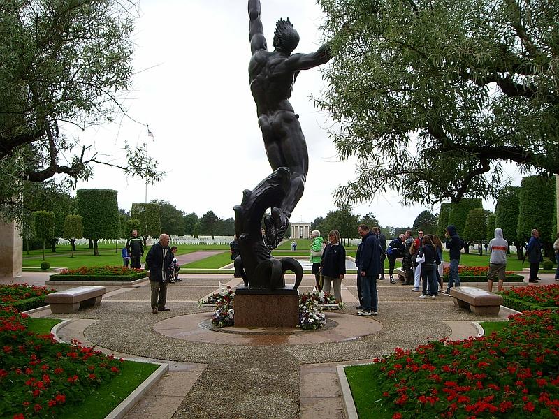 Центральный монумент американского мемориала в Кольвиле