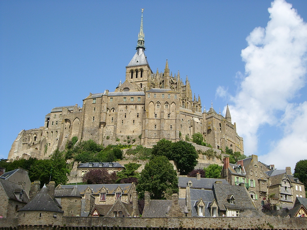 Восьмое чудо света - средневековое нормандское аббатство Мон-Сен-Мишель благополучно обошла война
