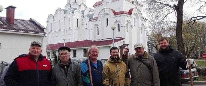 Активисты ОО «ВХД «Вера и честь» на работах по благоустройству храма