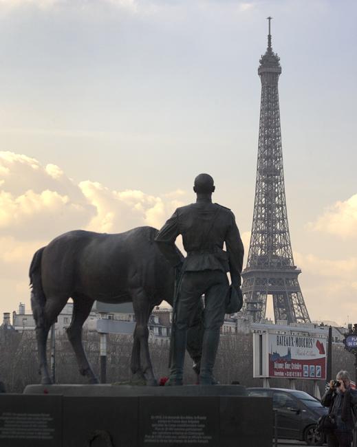 Недавно открытый памятник в Париже